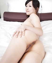 Japanese babe strips down